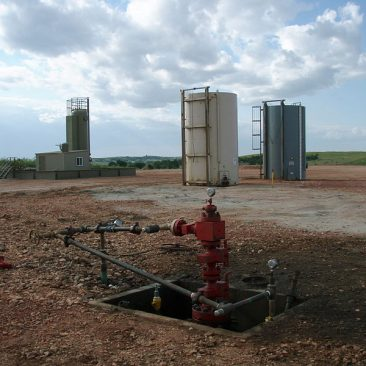 800px-Well_head_after_all_the_Fracking_equipment_has_been_taken_off_location.jpg